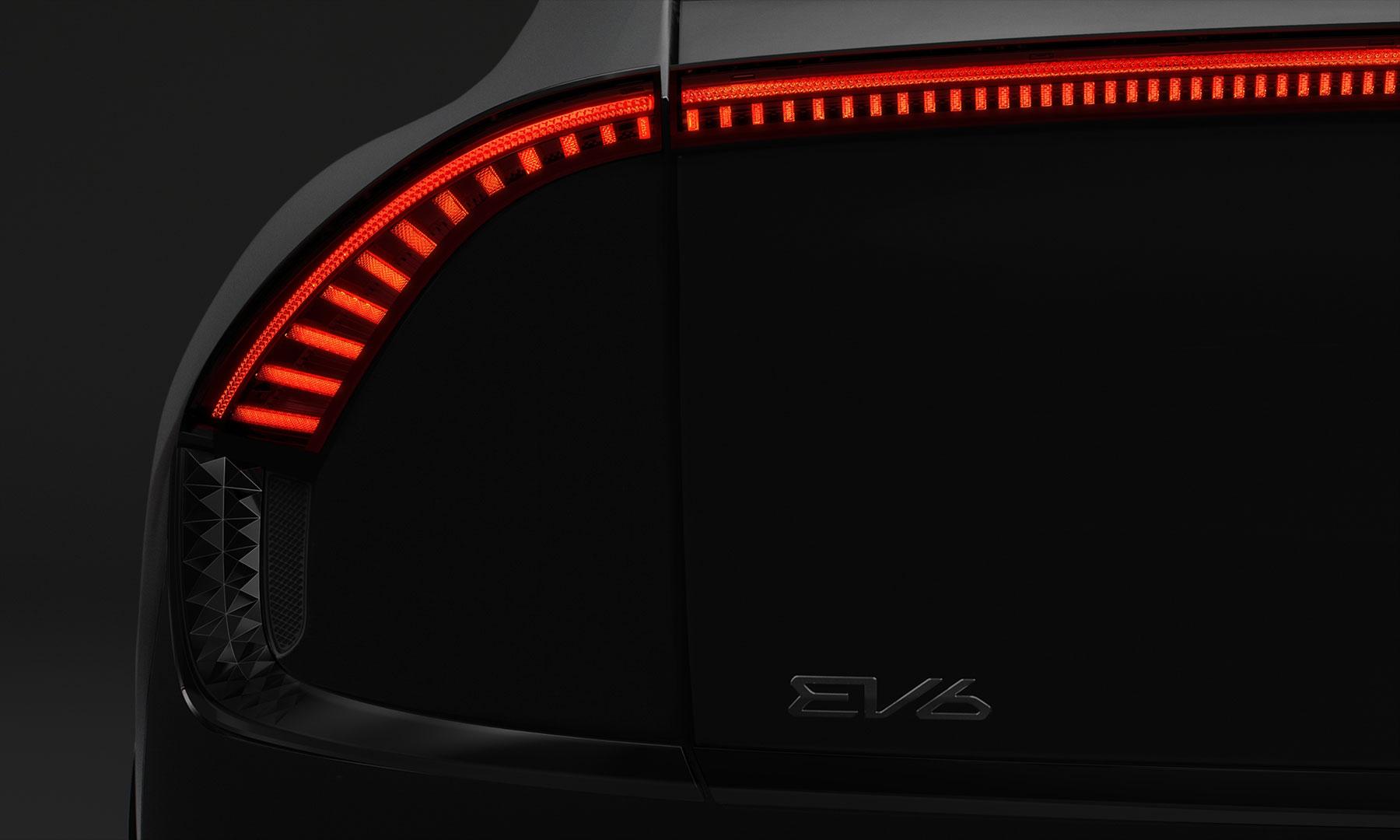 rote Rücklichter des KIA EV6 im futuristischem Design